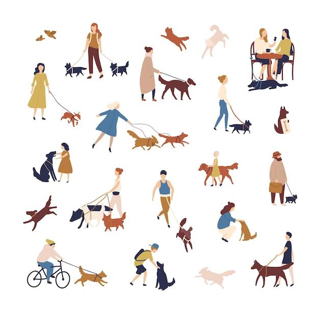 Tłum malutkich ludzi spacerujących z psami na ulicy. grupa mężczyzn i kobiet ze zwierzętami domowymi lub zwierzętami domowymi wykonującymi zajęcia na świeżym powietrzu na białym tle. ilustracja wektorowa w stylu płaski.