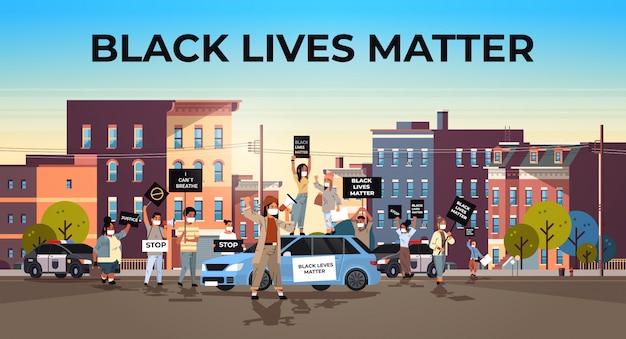 Tłum protestujących z transparentami na temat życia czarnych prowadzi kampanię przeciwko dyskryminacji rasowej w ramach poparcia policji dla równych praw czarnych