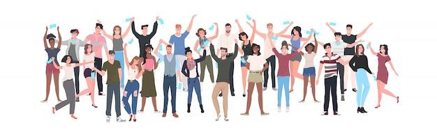 Tłum rasy ludzi tłum zdejmując maski na twarz świętując zwycięstwo nad pandemią koronawirusa covid-19