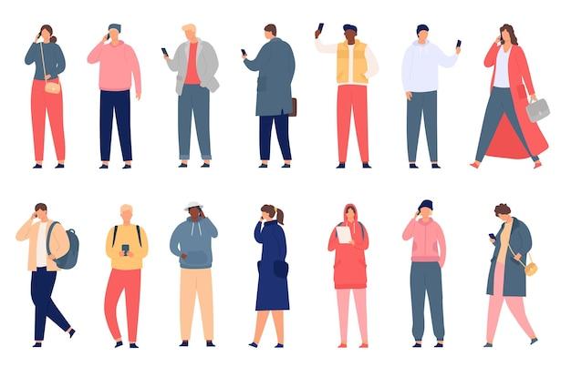 Tłum trzymający smartfona. chodzący i stojący ludzie wysyłają sms-y, sprawdzają media społecznościowe i rozmawiają przez telefon. nowoczesne płaskie znaki wektor zestaw. mężczyzna i kobieta w swobodnym stroju z gadżetami