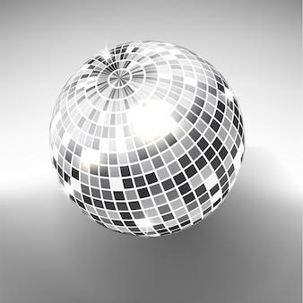 Tocz kulę na białym tle na tle skali szarości. element świetlny imprezowy night club. jasna lustrzana srebrna kula dla klubu disco.