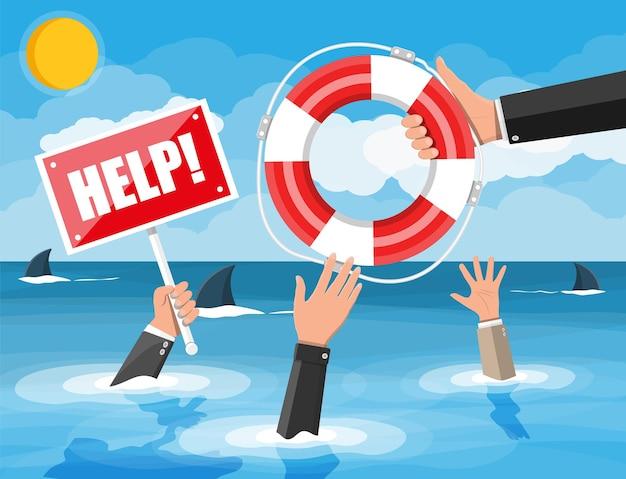 Tonący biznesmen w morzu z rekinami dostającymi koło ratunkowe od innego mężczyzny. pomagamy przetrwać biznesowi. pomoc, wsparcie, przetrwanie, inwestycje, kryzys przeszkód. zarządzanie ryzykiem. płaska ilustracja wektorowa