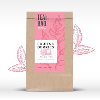 Torba papierowa rzemieślnicza z etykietą herbaty z owocami i jagodami abstrakcyjny wzór opakowania wektorowego z realis...