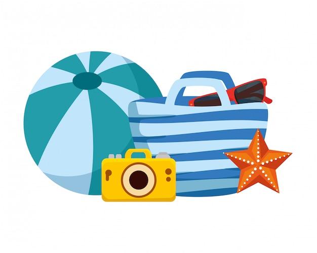 Torba plażowa i aparat fotograficzny z letnimi ikonami