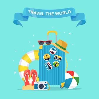 Torba podróżna, bagaż na niebieskim tle. czas letni, wakacje, koncepcja turystyki