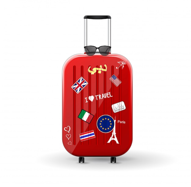 Torba podróżna z naklejkami. czerwona błyszcząca walizka z okularami na górze. podróżuj do świata.