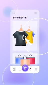 Torby na zakupy i ubrania na ekranie smartfona sklep internetowy koncepcja pionowa kopia ilustracji wektorowych przestrzeni