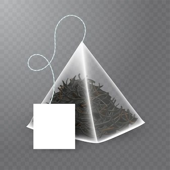 Torebka w kształcie piramidy z czarną herbatą w środku. realistyczna ilustracja torebka z pustą białą etykietą na przezroczystym tle.