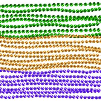 Tradycyjne naszyjniki mardi gras. złote, zielone, fioletowe koraliki na białym tle. zestaw na uroczysty projekt, święta bożego narodzenia, kartkę z życzeniami. dekoracje mardi gras, element projektu.