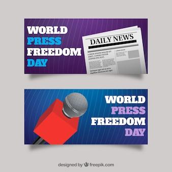 Transparenty z gazety i mikrofonem