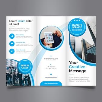 Tri fold brochure z niebieskim kolorem