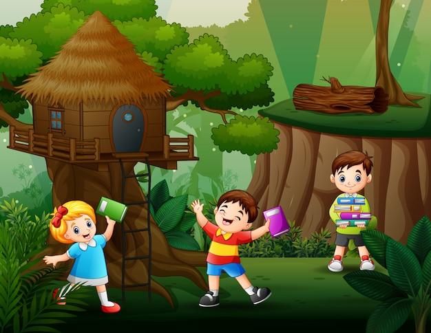 Troje dzieci bawiących się i uczących się w parku