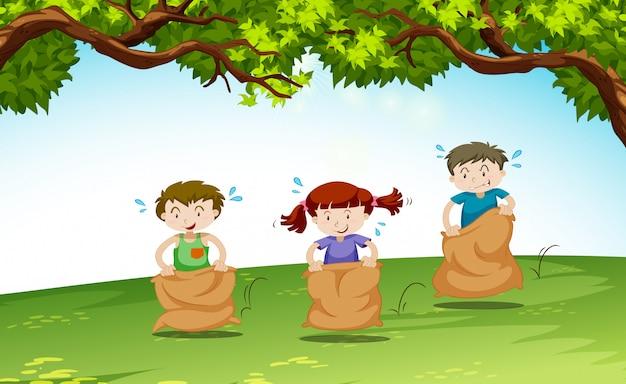 Troje dzieci bawiących się w parku