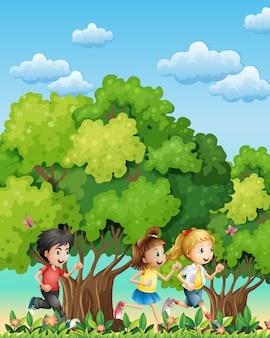 Troje dzieci biegają na zewnątrz