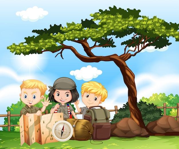 Troje dzieci biwakujących w parku