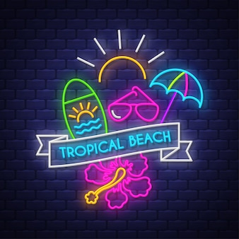 Tropikalna plaża. napis neonowy