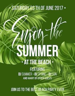 Tropikalne tło z egzotycznymi liśćmi palm. ciesz się letnim projektem plakatu lub ulotki.
