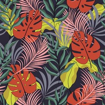 Tropikalny bezszwowy wzór z jaskrawymi czerwonymi i zielonymi liśćmi i roślinami