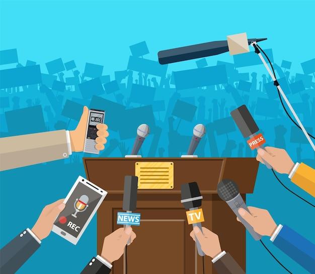 Trybuna, trybuna i ręce dziennikarzy z mikrofonami i cyfrowymi dyktafonami. koncepcja konferencji prasowej, aktualności, media, dziennikarstwo. ilustracja wektorowa w stylu płaski