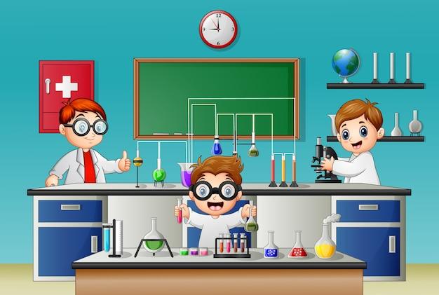 Trzech chłopców robi eksperyment w laboratorium