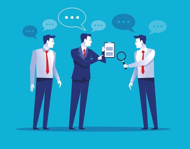 Trzech eleganckich pracowników biznesmenów rozmawia z ilustracjami dokumentów