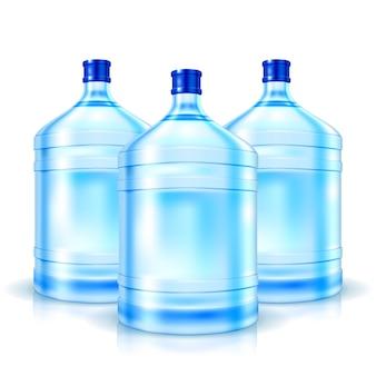 Trzy duże butelki z czystą wodą na białym tle