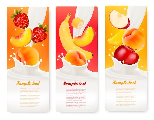 Trzy etykiety z różnymi owocami wpadającymi w plamy mleka. wektor.