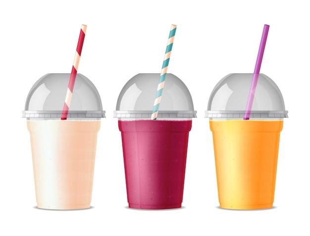 Trzy kolorowe plastikowe kubki na wynos do napojów