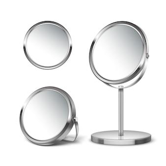 Trzy okrągłe lustra na różnych stojakach i bez izolacji na białym tle