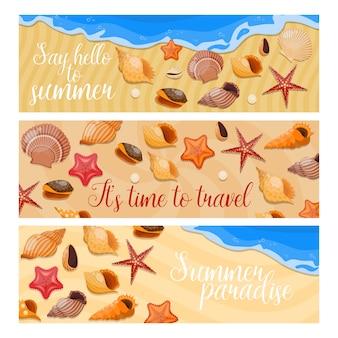 Trzy poziome izolowane muszle i baner z morskimi gwiazdami z przywitaniem lata i różnymi opisami
