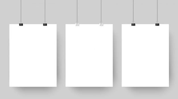 Trzy puste papiery wiszące na klipach