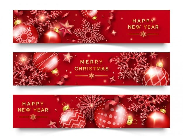Trzy świąteczne poziome banery z błyszczącymi płatkami śniegu, wstążkami, gwiazdami i kolorowymi kulkami