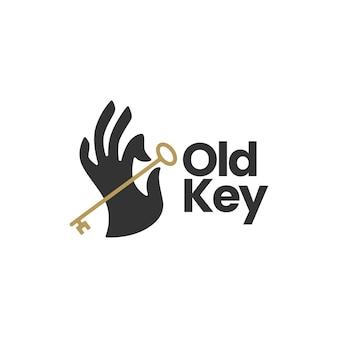 Trzymaj rękę trzymając stary szablon logo klucza
