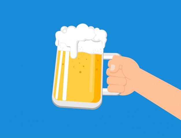 Trzymając się za ręce kubek piwa