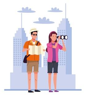 Turyści łączą się z lornetkami i mapą na postaciach miasta