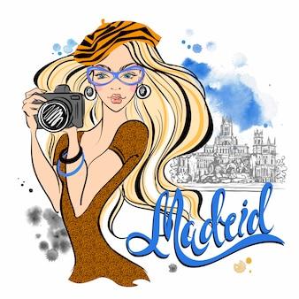 Turystyczna dziewczyna w hiszpanii. madryt. fotografuje zabytki.