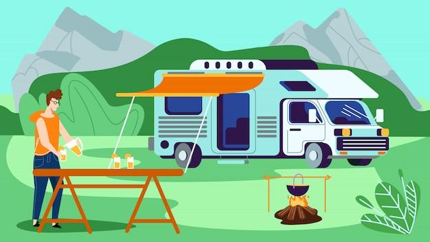 Turystyczny wypoczynek w kempingu, młody człowiek wylewanie soku pomarańczowego do szkła w obozie letnim