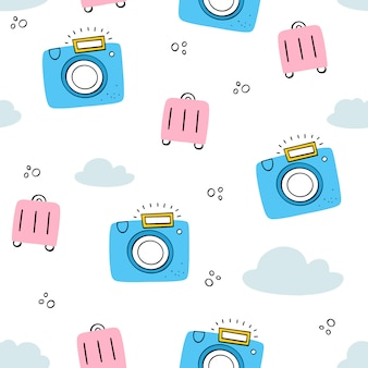 Turystyka, wakacje. wektorowy bezszwowy wzór z kamerą, walizka, chmurnieje. doodle, płaskie style.