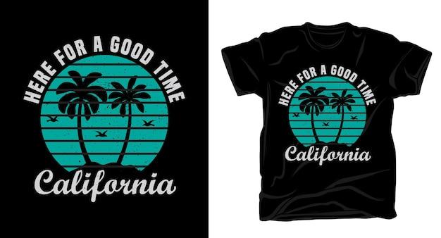 Tutaj na dobrą zabawę kalifornijska typografia z koszulką z palmami