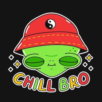 Twarz ładny zabawny szczęśliwy uśmiech obcych. chill bro tekst cytat. wektor kawaii kreskówka ilustracja naklejki projekt. słodki kosmita w kapeluszu, slogan z frazą chill bro nadruk na koszulkę, plakat, koncepcję karty