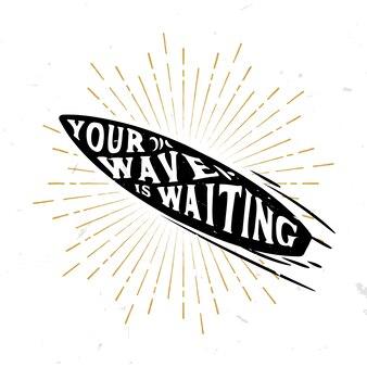 Twoja fala czeka - inspirujący cytat na desce surfingowej