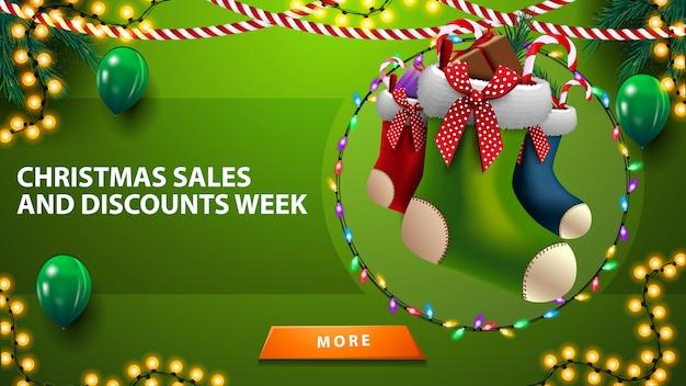 Tydzień świątecznych wyprzedaży i rabatów, poziomy zielony sztandar rabatowy z balonami, girlandami, pończochami i guzikiem