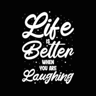 """Typografia z literami """"życie jest lepsze, gdy się śmiejesz"""""""