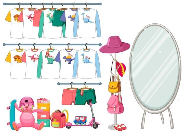 Ubrania dla dzieci wiszące na wieszaku z akcesoriami na białym tle