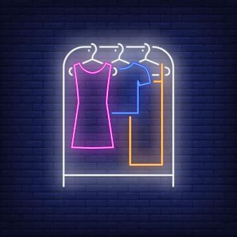 Ubrania na stojaku neon znak.