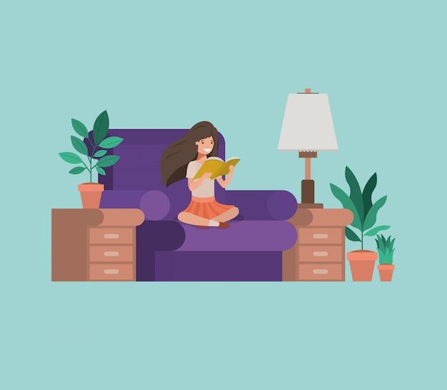 Uczeń dziewczyna siedzi czytanie książki w salonie