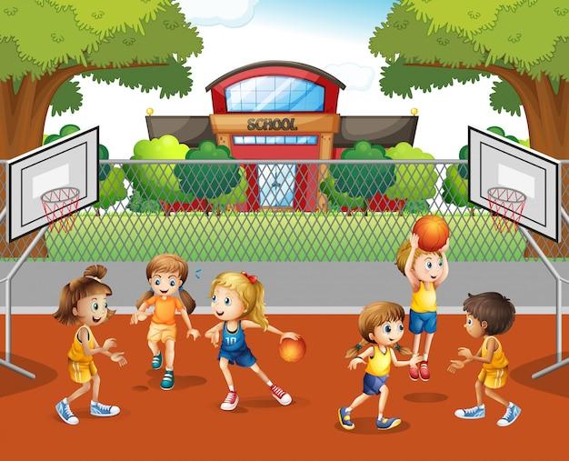 Uczeń gra w koszykówkę w szkole