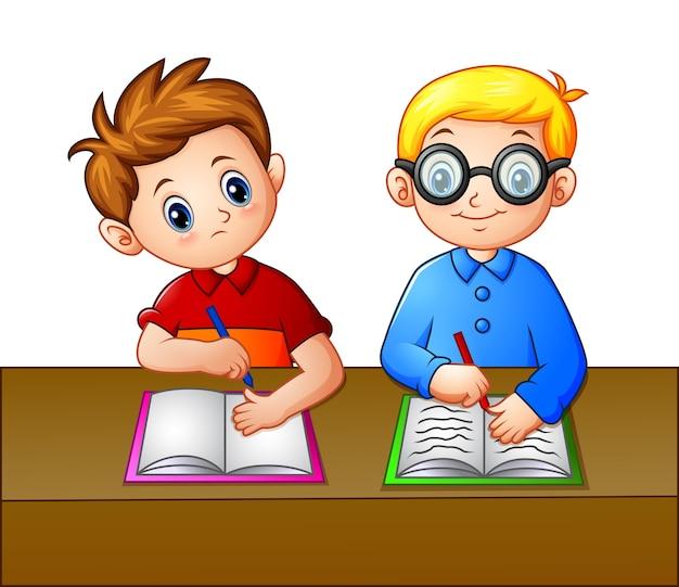 Uczeń przegląda notes swojego kolegi z miejsca