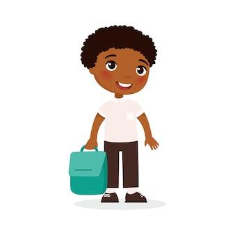 Uczeń szkoły, szczęśliwy uczeń płaski ilustracji wektorowych. dziecko trzymając plecak w ramieniu na białym tle postać z kreskówki. uczeń podstawówki idzie na lekcję. wesoły chłopiec african american. powrót do szkoły