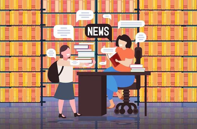 Uczennica i nauczyciel omawiają codzienną koncepcję komunikacji bańki czatu wiadomości. nowoczesne wnętrze biblioteki pełnej długości poziomej ilustracji